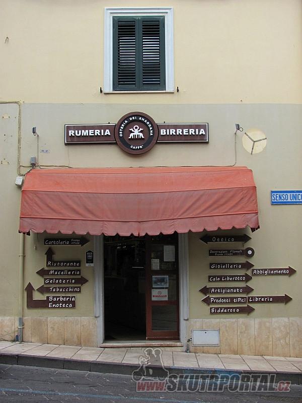 Prodejna pro chlapy v Orosei. Italština je docela jednoduchý jazyk a má své kouzlo.