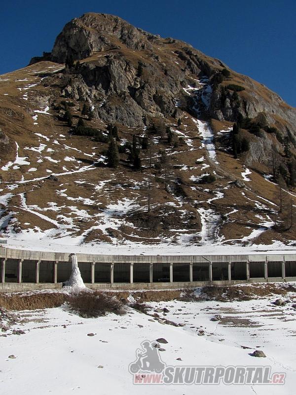 16 - Silnici poblíž Lago di Fedaia kryje několik galerií. Letos bylo víc sněhu, tyhle holé kopce jsou ze zimy 2015/2016.