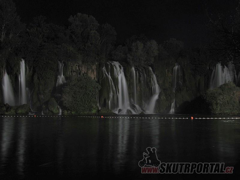 35 Vodopády Kravica, noční snímek.