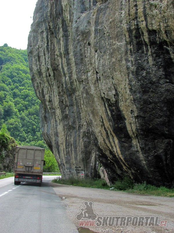 """6 Typická cesta – horami a za náklaďákem. Hodně dlouho jedeme za """"tím naším""""."""