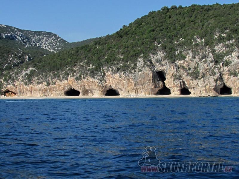 Jeskyně u pláže Cala Luna. Bohužel tu bývá přelidněno a tak jedna návštěva stačila :-(