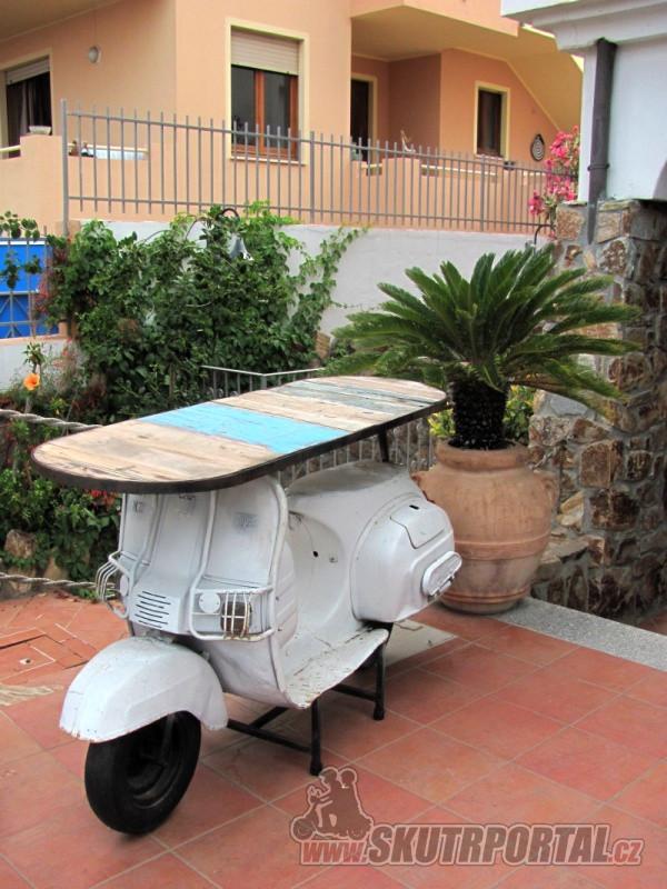 Na Sardinii to skútry žije. Jezdit už asi nebude, ale slouží dál.