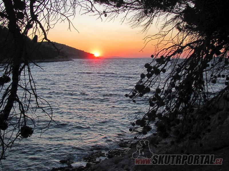 48 Slunce zapadá za souostrovím Kornati se známým národním parkem. Pak už je jen širé moře a o 160 km dál Itálie.