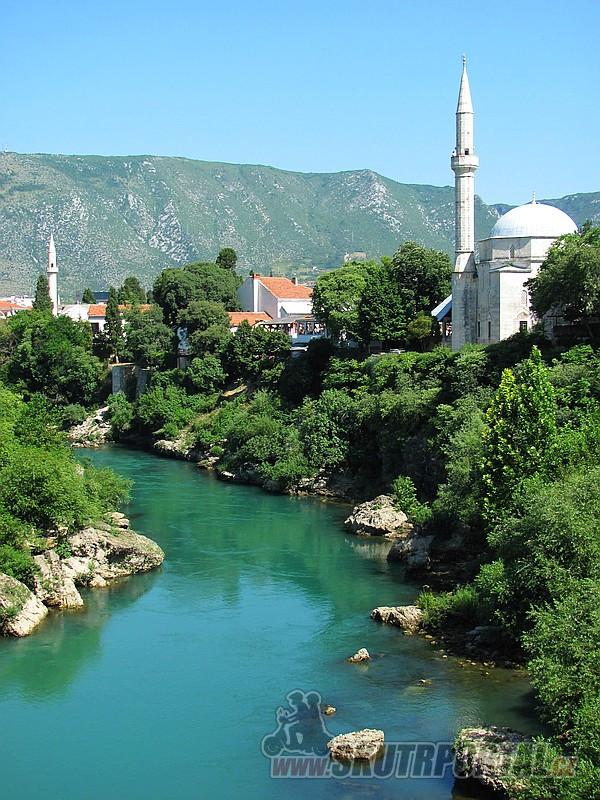 3 Neretva, mešity, minarety, hory kolem – to je Mostar.