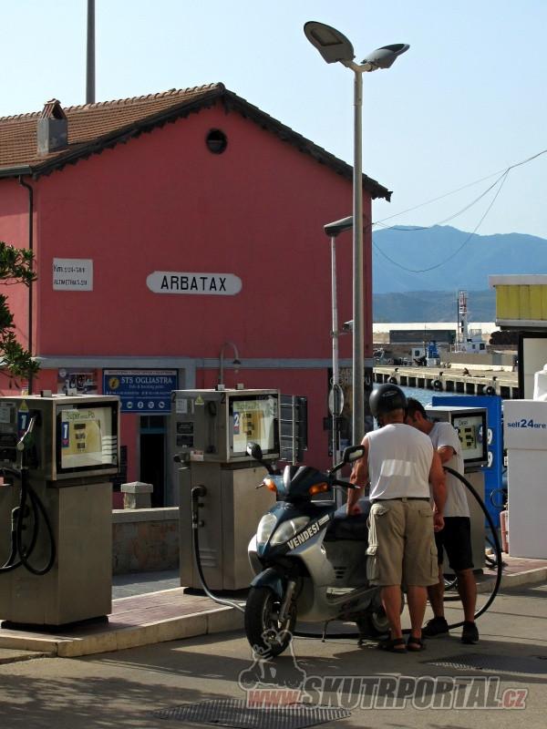 Pumpa v Arbataxu - skútry jsou všudypřítomné.
