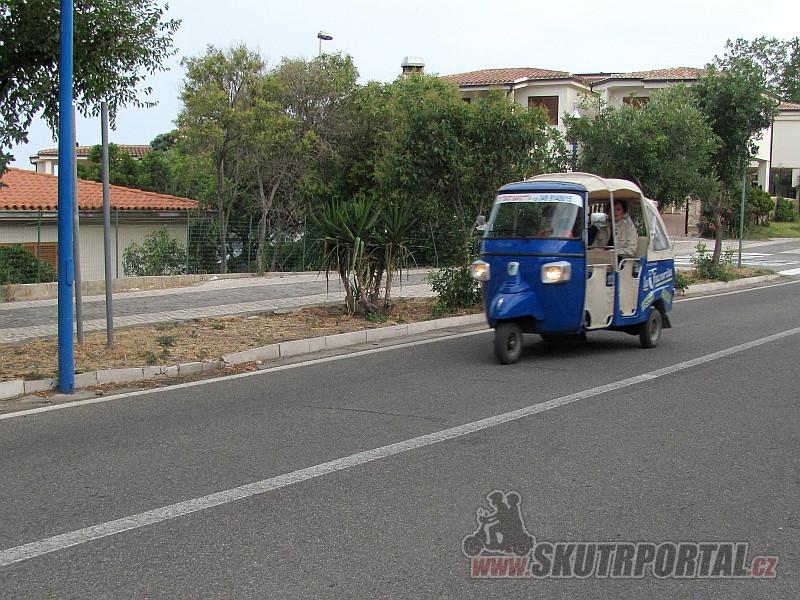 Tříkolek jezdí na Sardinii hodně, převažují nákladní. Tahle funguje jako minibus mezi Cala Gonone a pláží Cala Fuili. Slečna řidička byla usměvavá, přátelská, pokérovaná a hulila jako fabrický komín.