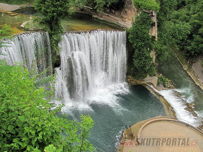 2 Vodopády na řece Pliva v Jajcích a její soutok s Vrbasem. To kulaté je neustále mokrá vyhlídková plošina. Pod vodopády se platí vstupné.