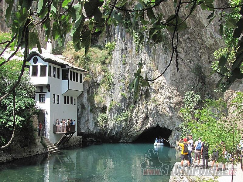31 Vývěr Buny u Blagaje - řeka vytéká z jeskyně pod vysokou skálou.