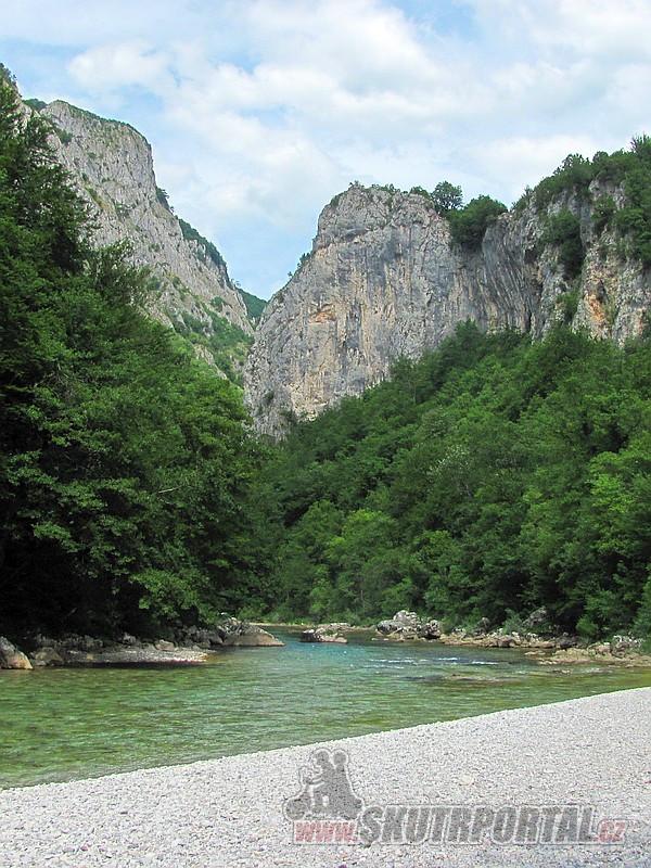 18 Kamenitá plážička je místo naší polední pauzy. Poblíž se do Neretvy vlévá říčka Rakitnica.