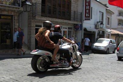 015: 15 Luxus – slečna i motorka.