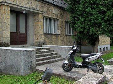 08: 8 Jeden skútřík parkuje v Jajcích před budovou muzea. Je jich tu míň, než jsem čekal.