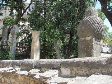 039: 38 Nišani jsou v Mostaru k vidění na mnoha místech.