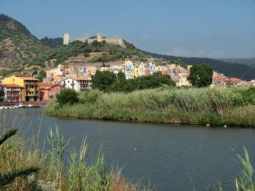021: Barevné domky města Bosa nad řekou Temo.