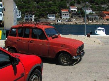 04: 42 Renault 4 TL, starý předchůdce našeho kombíka. I ta červená barva sedí. Vyráběl se v letech 1961 až 1992 a vyrobili jich přes 8 milionů. V bývalé Jugoslávii byly často k vidění.