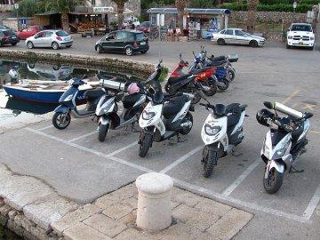 016: Tady se to střídá jako na běžícím pásu. Škoda, že parkovací místa pro motocykly nejsou běžná i u nás.