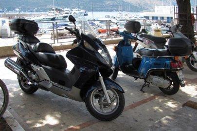 051: 51 Poslední bonusový snímek na závěr, focený při výletu do Boky Kotorské, ve městě Herceg Novi, takže sem z hlediska statistiky nepatří. Hondu jsem ale nemohl nezařadit, zejména, když je to Silver Wing. Honda je podle mého krátkého průzkumu v Černé H