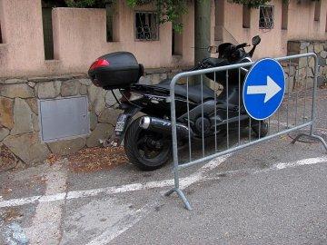028: Zdá se, že to proškrtnuté místo na silnici znamená trvalou rezervaci pro majitele skútru.