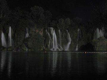 036: 35 Vodopády Kravica, noční snímek.