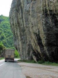 """06: 6 Typická cesta – horami a za náklaďákem. Hodně dlouho jedeme za """"tím naším""""."""