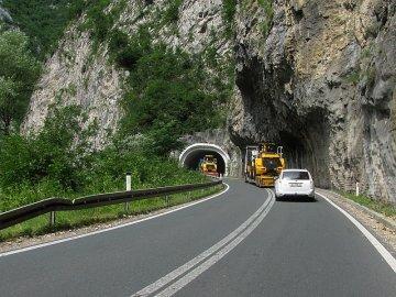 014: 14 Náklaďáky, zatáčky, tunely, plná čára, občas dvojitá… A taky provoz v protisměru. Má smysl snažit se tu předjíždět?