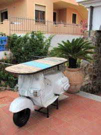 017: Na Sardinii to skútry žije. Jezdit už asi nebude, ale slouží dál.