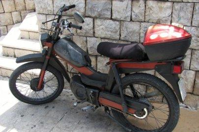 045: 45 Tento moped si zasloužil detail, je ze skupiny výše. Strojů značky Tomos bývala plná stará Jugoslávie, mopedů i lodních motorů různého výkonu. Dnes to těžko pohledat. V Chorvatsku jsem viděl pár lodních motorů na starých bárkách, moped ani jeden.