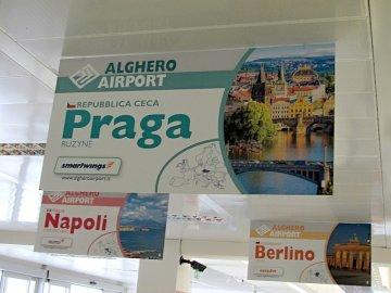 02: Reklama na Prahu v hale letiště v Algheru. Je tam správné pojmenování - Ruzyně :-) Bratislavu tam měli taky.