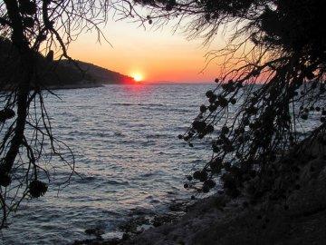 010: 48 Slunce zapadá za souostrovím Kornati se známým národním parkem. Pak už je jen širé moře a o 160 km dál Itálie.