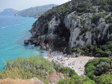 024: Pláž Cala Fuili focená z parkoviště na útesu. Bohužel je tam tak o 50 lidí víc, než bych si přál. Sezona je v plném proudu, co naplat.