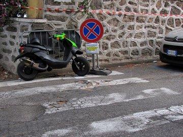 027: Vymyslet takové místo na parkování, to dá práci.