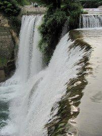 011: 11 Pohled z hrany není zrovna tradiční snímek vodopádu v Jajcích.