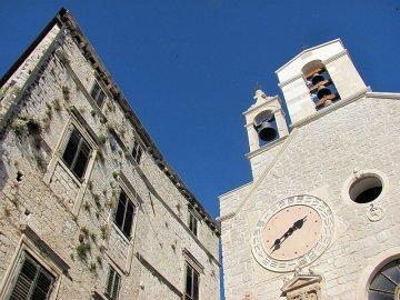 012: 50 Jedna z mnoha architektonických pamětihodností v Šibeniku.