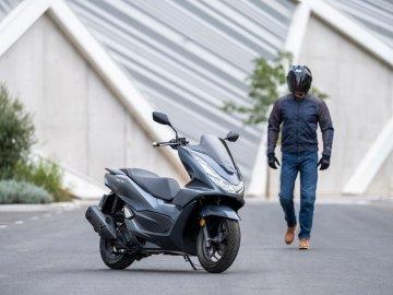 Honda představila legendární PCX pro rok 2021!