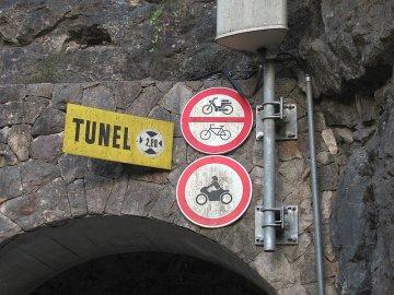 05: Dopravní značky u tunelu Pitve – Zavala.