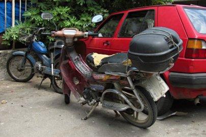 048: 48 Dokud bude jezdit, bude jezdit. Tipuju na albánskou registrační značku (?)