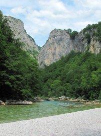 018: 18 Kamenitá plážička je místo naší polední pauzy. Poblíž se do Neretvy vlévá říčka Rakitnica.