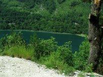 15 Boračko jezero uprostřed bujné zeleně, focené za jízdy z dodávky. K němu se váže pověst o chudé vdově.