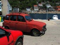 42 Renault 4 TL, starý předchůdce našeho kombíka. I ta červená barva sedí. Vyráběl se v letech 1961 až 1992 a vyrobili jich přes 8 milionů. V bývalé Jugoslávii byly často k vidění.