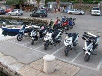Tady se to střídá jako na běžícím pásu. Škoda, že parkovací místa pro motocykly nejsou běžná i u nás.