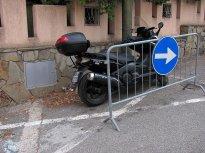 Zdá se, že to proškrtnuté místo na silnici znamená trvalou rezervaci pro majitele skútru.