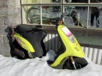 7 - Asi se nevešel dovnitř, tak parkuje a rezaví ve sněhu před výlohou.