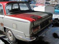10 - Veterán Alfa Romeo na piedestalu rezaví a obrůstá mechem.