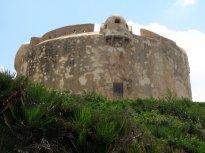 Pobřežní pevnost nedaleko obce Fertilia