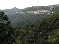 Takhle vypadá Baunei z dálky, rozkládá se pod horským hřebenem na straně odvrácené od moře.
