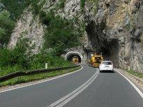 14 Náklaďáky, zatáčky, tunely, plná čára, občas dvojitá… A taky provoz v protisměru. Má smysl snažit se tu předjíždět?