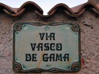 Ulice jsou ukázkově označeny hezkými keramickými cedulemi. Tato je z Cala Gonone.