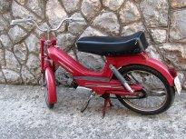 Starší moped Tomos. To sedlo asi původní nebude :-)