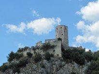 33 Pevnost nad Počiteljem, foceno z podhledu od hlavní silnice.