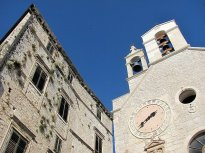 50 Jedna z mnoha architektonických pamětihodností v Šibeniku.