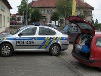 Chodník není zeď. Takhle parkují elitní řidiči Policie ČR.